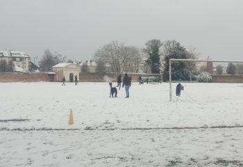 Elèves jouant sous la neige